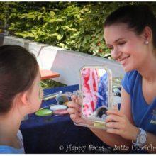 Sandra Kapfer beim Kinderschminken
